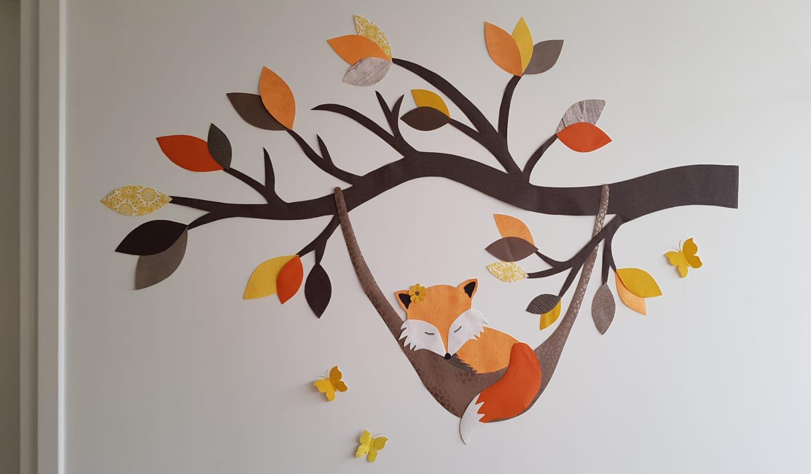 Vos in hangmat behangdecoratie muurdecoratie behangbeest babykamer kinderkamer bosdieren behangboom tak trend
