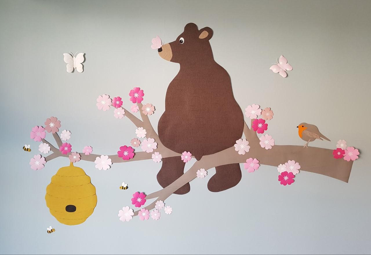 Beer op bloesemtak behangdecoratie babykamer muurdeco behangbeest roze trend 2020